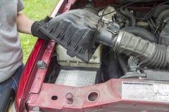 En mekaniker Checking ett luftfilter på en lastbil Royaltyfri Bild