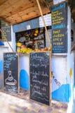 En mellanmål- och fruktsaftstång i Taghazout bränning och fiskeläget, agadir, Marocko Royaltyfria Bilder