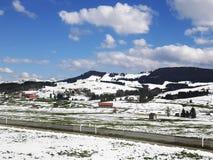 En mening som blåser landskap av snöberget i Schweiz Royaltyfria Bilder