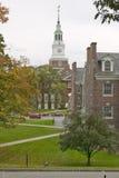 En metallskulptur står framme av bagaren Tower på universitetsområdet av den Dartmouth högskolan i Hannover, New Hampshire royaltyfri foto