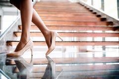 En midsection av affärskvinnan som i regeringsställning som står av trappan bygger royaltyfria foton