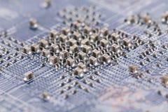 En mikrochip på ett elektroniskt bräde arkivfoto