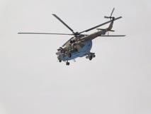 En militär helikopter Mi-8 Arkivbilder