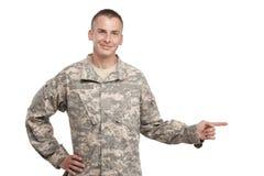 Lycklig soldat som pekar upp arkivfoto