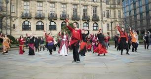 En miljard stigande pråliga folkhopdans i Sheffield Royaltyfria Foton