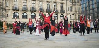 En miljard stigande pråliga folkhopdans i Sheffield Arkivfoto