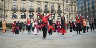 En miljard stigande pråliga folkhopdans i Sheffield Royaltyfri Bild