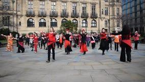 En miljard stigande pråliga folkhopdans i Sheffield lager videofilmer