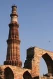 En minaret och archs byggdes i den huvudsakliga borggården av Qutb som var minar i New Delhi (Indien) Arkivbild