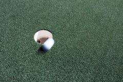 En mislyckad putt i sporten av golf Arkivfoton