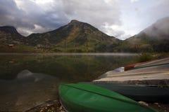 En Misty Autumn Day på bäver sjön Arkivbild