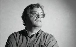 En mitt åldras man med exponeringsglas Arkivfoto