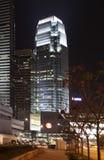 En mitt för internationell finans i Hong Kong vid natt Fotografering för Bildbyråer