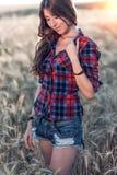 En mjuk flicka Härlig kvinna i brunettfält, med långt brunetthår som kopplar av i natur, närbild Begrepp Arkivfoto