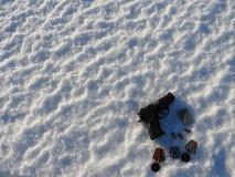 En 9mm pistol och kulor spridda i snön royaltyfri foto