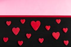 En modell av röda hjärtor på en svart bakgrund med kopia-utrymme Royaltyfri Bild