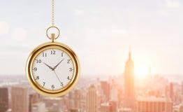 En modell av rovan som hänger på kedjan Ett begrepp av ett värde av tid i affär En panorama- New York för solnedgång sikt Royaltyfria Foton
