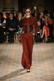En modell går landningsbanan för den Christian Siriano samlingen Royaltyfria Bilder