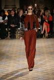 En modell går landningsbanan för den Christian Siriano samlingen Royaltyfria Foton