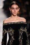 En modell går landningsbanan för den Jonathan Simkhai samlingen under, den New York modeveckan arkivbilder