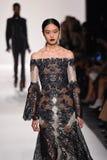 En modell går landningsbanan för den Jonathan Simkhai samlingen under, den New York modeveckan royaltyfri fotografi