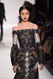 En modell går landningsbanan för den Jonathan Simkhai samlingen under, den New York modeveckan royaltyfria bilder