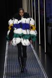 En modell går landningsbanan på de eniga färgerna av den Benetton showen på Milan Fashion Week Autumn /Winter 2019/20 royaltyfri bild