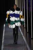 En modell går landningsbanan på de eniga färgerna av den Benetton showen på Milan Fashion Week Autumn /Winter 2019/20 arkivbilder