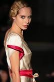 En modell går landningsbanan på den Johanna Johnson landningsbanashowen under brud- samling för nedgång 2015 Royaltyfri Fotografi