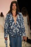 En modell går landningsbanan på den Jonathan Simkhai modeshowen royaltyfri bild
