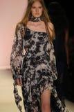 En modell går landningsbanan på den Jonathan Simkhai modeshowen arkivbild