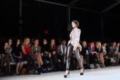 En modell går landningsbanan på den New York livmodeshowen under MBFW-nedgången 2015 royaltyfria foton