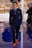 En modell går landningsbanan på den Ralph Lauren Spring /Summer 18 modeshowen royaltyfri foto