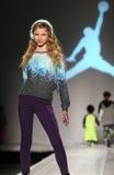En modell går landningsbanan på Nikens Levis ungemodeshowen under Mercedes-Benz Fashion Week Fall 2015 royaltyfria foton