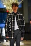 En modell går landningsbanan på samlingen för Christopher Lowman Menswear NEDGÅNG 2017 royaltyfri bild