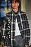 En modell går landningsbanan på samlingen för Christopher Lowman Menswear NEDGÅNG 2017 royaltyfri fotografi