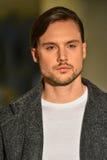 En modell går landningsbanan på samlingen för Christopher Lowman Menswear NEDGÅNG 2017 royaltyfri foto