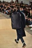 En modell går landningsbanan som bär Perry Ellis under mäns för den New York modeveckan nedgång/vintern 2016 Royaltyfri Bild