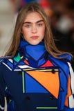 En modell går landningsbanan som bär Ralph Lauren Spring 2016 under New York modevecka Royaltyfri Foto