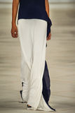 En modell går landningsbanan som bär Ralph Lauren Spring 2016 under New York modevecka Arkivfoto