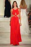En modell går landningsbanan som bär Ralph Lauren Spring 2016 under New York modevecka Fotografering för Bildbyråer