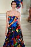 En modell går landningsbanan som bär Ralph Lauren Spring 2016 under New York modevecka Arkivbild
