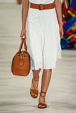 En modell går landningsbanan som bär Ralph Lauren Spring 2016 under New York modevecka Arkivbilder