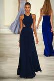 En modell går landningsbanan som bär Ralph Lauren Spring 2016 under New York modevecka Royaltyfri Bild