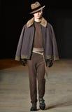 En modell går landningsbanan som bär Robert Geller Fotografering för Bildbyråer