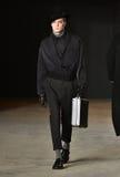 En modell går landningsbanan som bär Robert Geller Royaltyfri Fotografi
