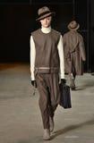 En modell går landningsbanan som bär Robert Geller Royaltyfri Foto