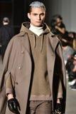 En modell går landningsbanan som bär Robert Geller Royaltyfri Bild