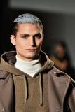 En modell går landningsbanan som bär Robert Geller Royaltyfria Bilder