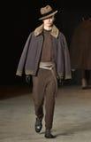 En modell går landningsbanan som bär Robert Geller Arkivfoto